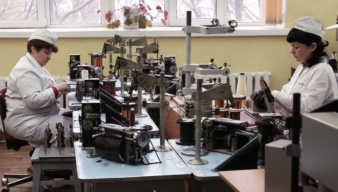 Сотрудницы в цехе намотки секций катушек на приборостроительном предприятии «Фиолент» в Симферополе, 2015 год