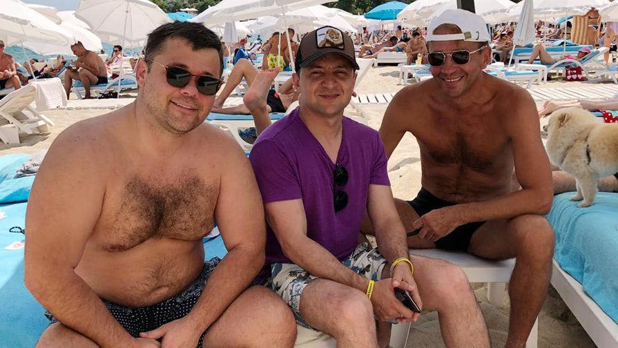 Зеленский выложил фото с пляжа в компании полуголых мужчин