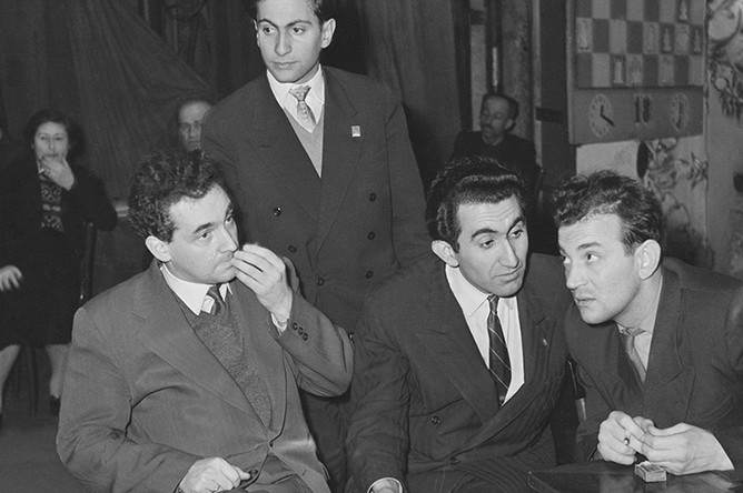 Советские шахматисты (слева направо) Марк Тайманов, Михаил Таль, Тигран Петросян и Виктор Корчной, 1959 год