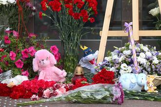 Цветы и игрушки у здания департамента труда и социальной защиты в память о погибших детях на озере в Карелии