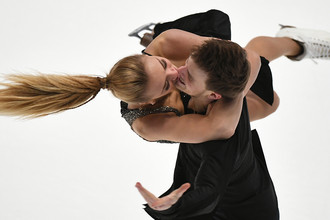 Виктория Синицина и Никита Кацалапов выступают в короткой программе в танцах на льду на чемпионате России по фигурному катанию в Санкт-Петербурге, 21 декабря 2017 года
