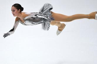 Алина Загитова выступает в короткой программе женского одиночного катания на чемпионате России по фигурному катанию в Санкт-Петербурге, 22 декабря 2017 года