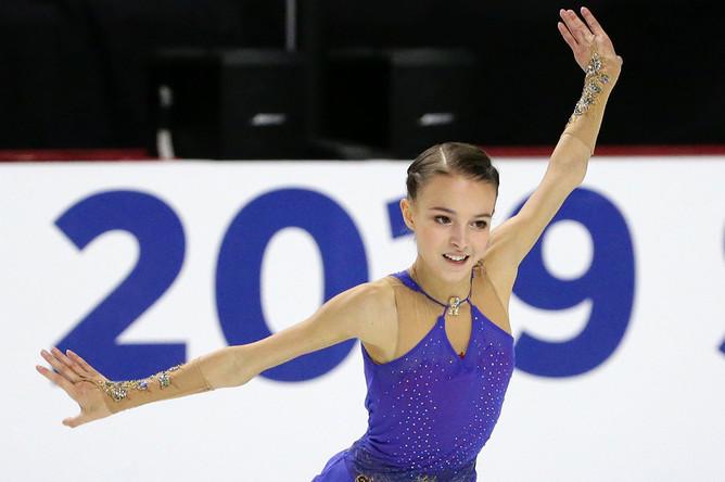 Россиянка Анна Щербакова во время исполнения произвольной программы на Skate America