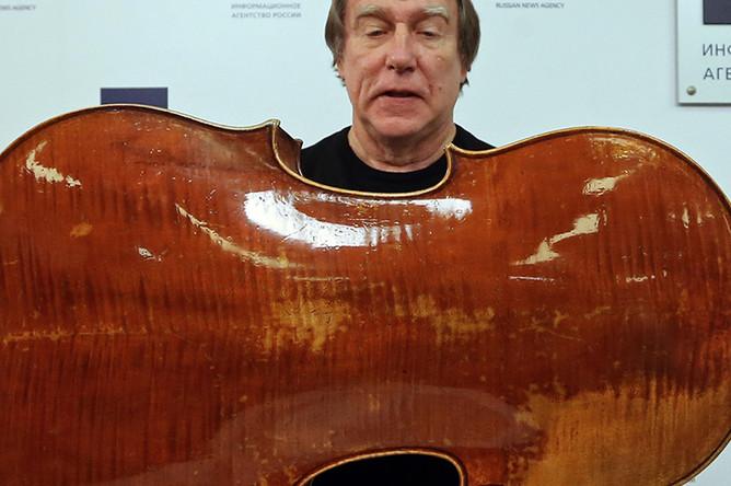 Сергей Ролдугин во время пресс-конференции, на которой он продемонстрировал виолончель «Стюард»