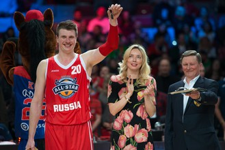 MVP Матча всех звезд Андрей Воронцевич (слева) с Илоной Корстин и Сергеем Ивановым