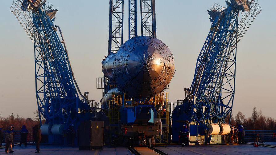 Ракета-носитель «Союз-2.1б» с разгонным блоком «Фрегат» во время установки...