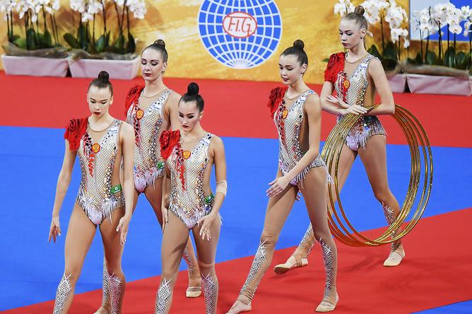 Спортсменки сборной России выполняют упражнения с 5 обручами в групповых соревнованиях чемпионата мира по художественной гимнастике 2018 в Софии.