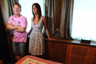 Солист группы «Дюна» Виктор Рыбин и его супруга Наталья Сенчукова в спальне своего дома на корабле в Московской области, 2012 год