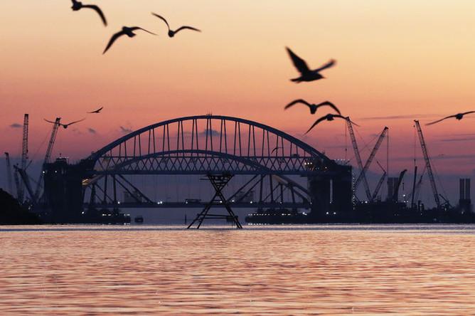 Установка автодорожной арки в процессе строительства Крымского моста в Керченском проливе, октябрь 2017 года