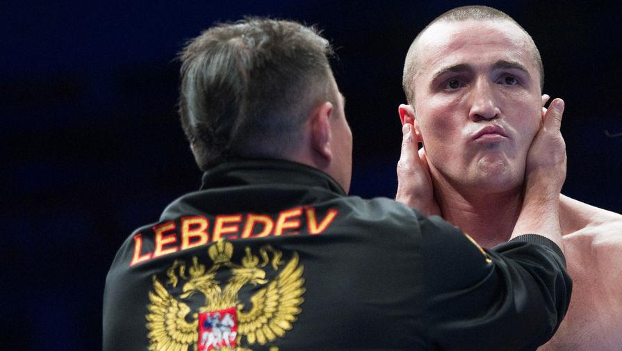 Боксер Константин Цзю поздравляет Дениса Лебедева с победой в поединке над американцем Джеймсом Тони за титул чемпиона мира WBA в рамках боксерского шоу «Ни шагу назад!», 2011 год