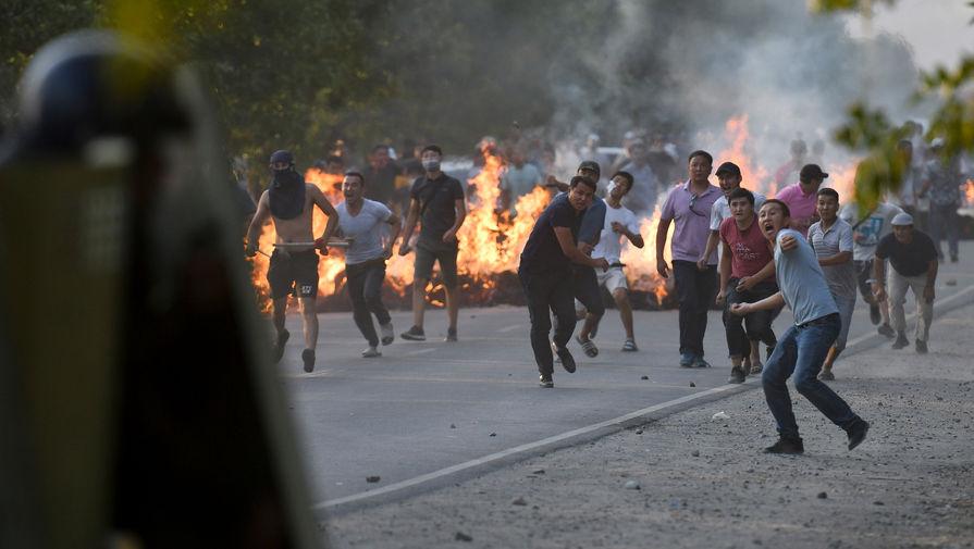 Сторонники экс-президента Киргизии Алмазбека Атамбаева во время столкновений с полицией около резиденции Атамбаева в селе Кой-Таш, 8 августа 2019 года