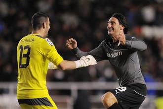 Защитник «Эспаньола» Диего Колотто (справа) спешит разделить радость с голкипером Франсиско Кастильей