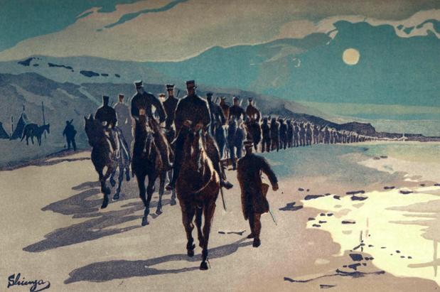 Колонна японских солдат марширует в Порт-Артуре в полнолуние