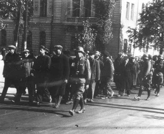 Евреев ведут по улицам Киева. Иллюстрация из книги Льва Симкина «Коротким будет приговор»