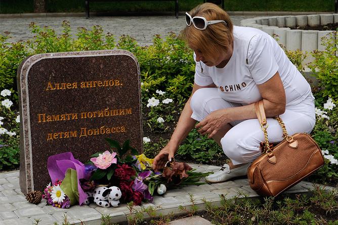Жителица Донецка в Международный день защиты детей на митинге «Мы вас помним» в память о детях Донбасса, которые погибли в результате обстрелов города.