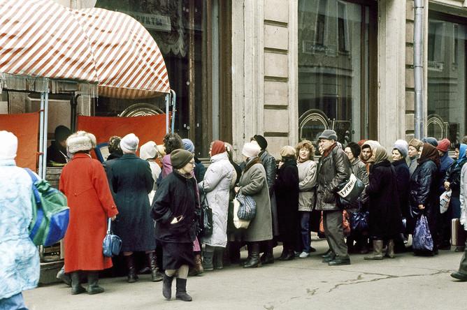 Очередь у магазина в Москве 2 апреля 1991 года — в первый день действия новых розничных цен, повышение которых не ослабило ажиотажного спроса.
