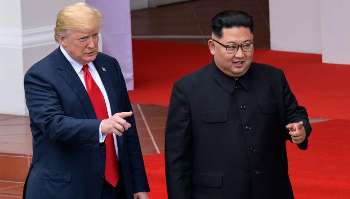 Президент США Дональд Трамп и высший руководитель КНДР Ким Чен Ын во время встречи на острове...