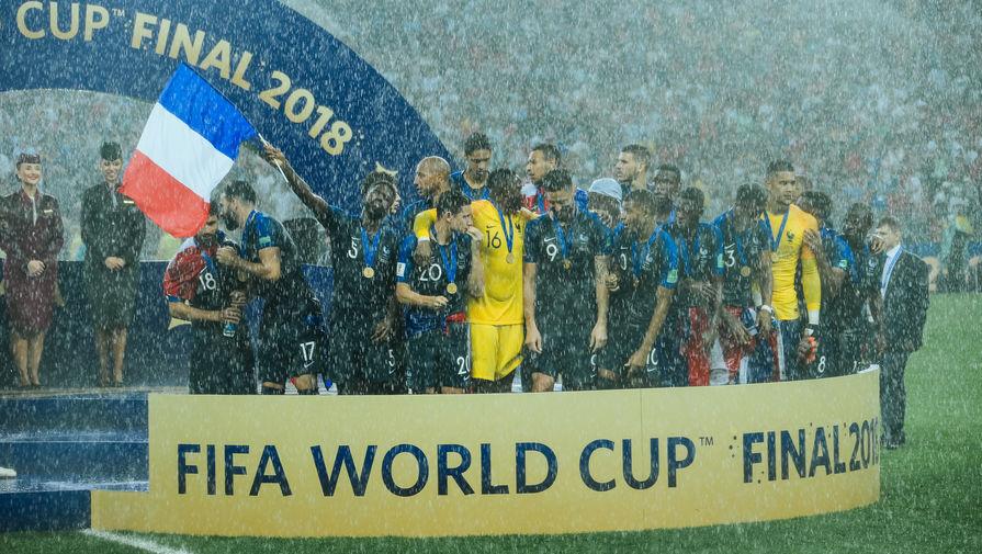 Игроки сборной Франции радуются победе в финальном матче чемпионата мира по футболу, 15 июля 2018 года