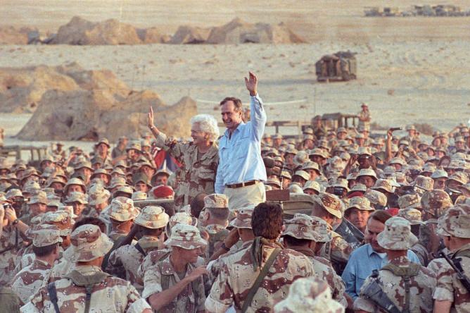 Джордж Буш приветствует солдат в пустыне Саудовской Аравии на день благодарения, 1990 год