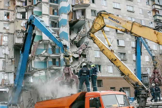 Разбор завалов на месте обрушения части многоэтажного жилого дома после взрыва в Магнитогорске, 3 января 2019 года