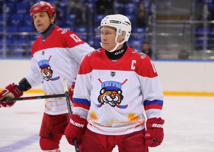 Президент России Владимир Путин во время тренировочной игры в хоккей в Сочи, 15 февраля 2019 года