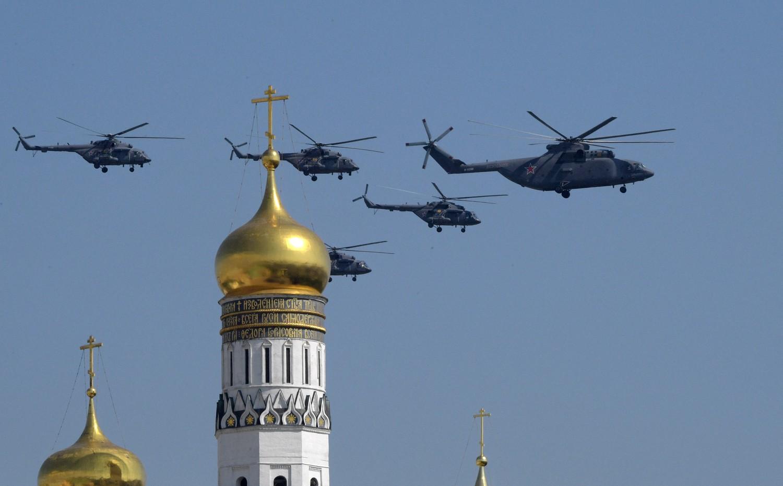 Тяжелый многоцелевой транспортный вертолет Ми-26 и многоцелевые вертолеты Ми-8АМТШ во время генеральной репетиции военного парада Победы, 7 мая 2019 года