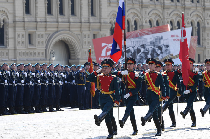 Знаменная группа во время военного парада в ознаменование 75-летия Победы в Великой Отечественной войне 1941-1945 годов на Красной площади в Москве, 24 июня 2020 года