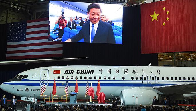 Председатель КНР Си Цзиньпин осматривает Boeing 737-800 на сборочной линии Boeing в Эверетте, штат Вашингтон