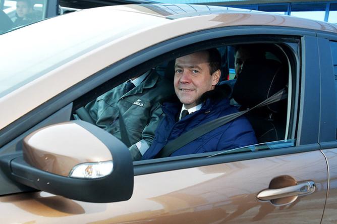 Дмитрий Медведев за рулем автомобиля Lada XRay во время посещения завода ОАО «АвтоВАЗ»