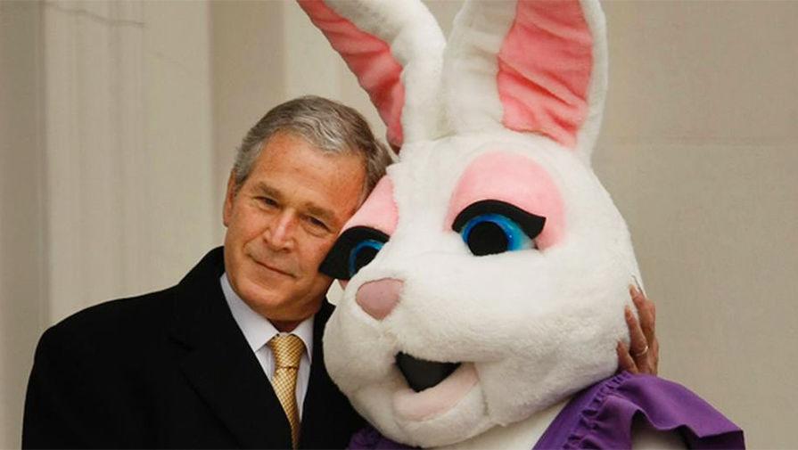 Джордж Буш обнимает пасхального кролика, 2008 год