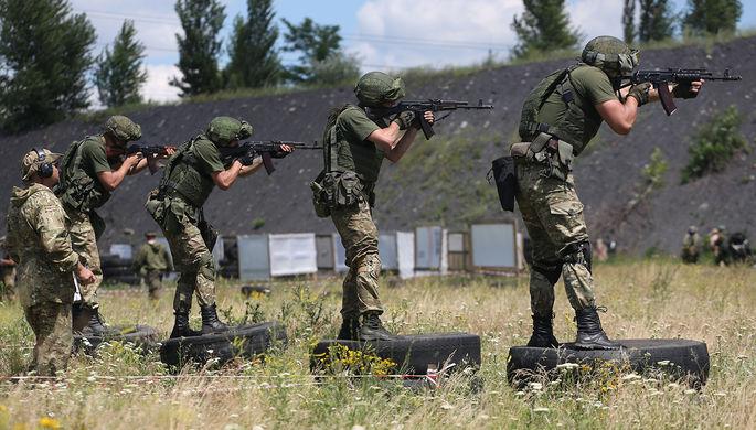 Участники соревнований по тактической стрельбе в самопровозглашенной ДНР, июль 2017 года