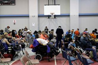Местные жители ждут эвакуации в убежище в спортзале школы. Корпус Кристи, штат Техас, 25 августа 2017