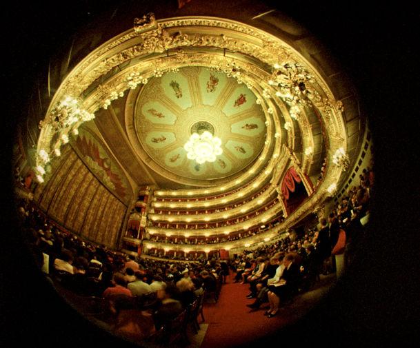 Реконструкция театра, начавшаяся в 1960-х годах, была завершена к 1975 году. В преддверии 200-летия театра были отреставрированы зрительский и Бетховенский залы. Тем не менее, архитекторам и строителям не удалось избавиться от неустойчивости фундамента и нехватки помещений. На фото: зрительный зал Большого театра, 1973 год