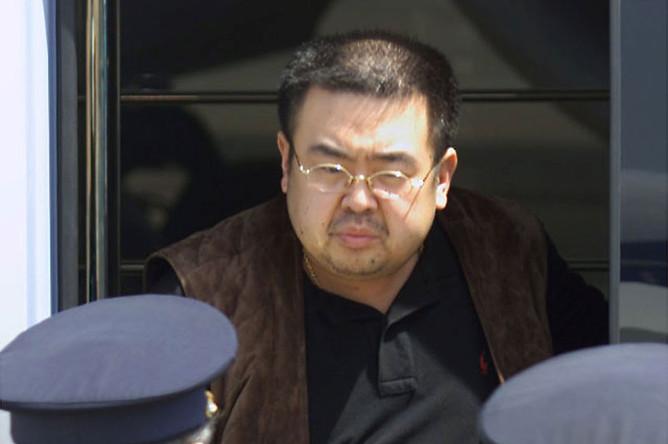 Предположительно Ким Чон Нам в аэропорту Нарита во время депортации из Японии, май 2001 года