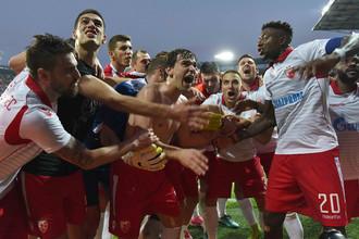 Игроки «Црвены Звезды» празднуют победу в ответном матче со «Спартой» в Праге