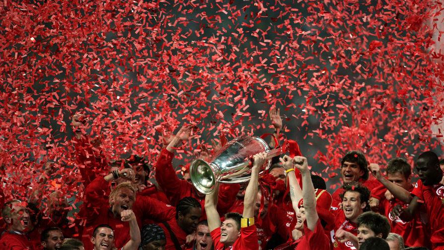 Стивен Джеррад с кубком Лиги чемпионов и футболисты «Ливерпуля» в 2005 году