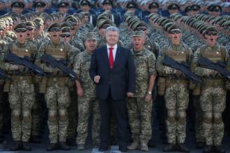 Президент Украины Петр Порошенко во время репетиции военного парада в честь Дня независимости в центре Киева, 22 августа 2018 года