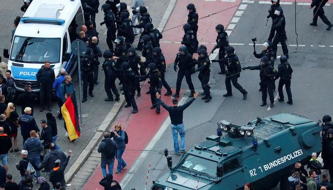 Полиция во время блокирования митинга правых сил в немецком Хемнице, 1 сентября 2018 года