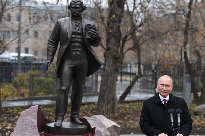 Президент России Владимир Путин во время церемонии открытия памятнику писателю Ивану Тургеневу на Остоженке в Москве, 10 ноября 2018 года