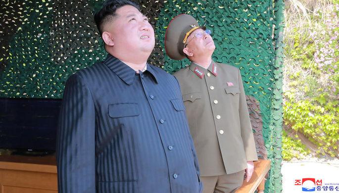 Лидер КНДР Ким Чен Ын наблюдает за запуском ракет малой дальности, май 2019 года