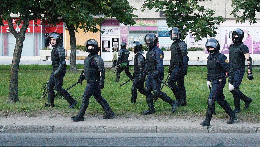 Сотрудники силовых структур Белоруссии во время акций протеста в Минске после выборов президента, 11 августа 2020 года