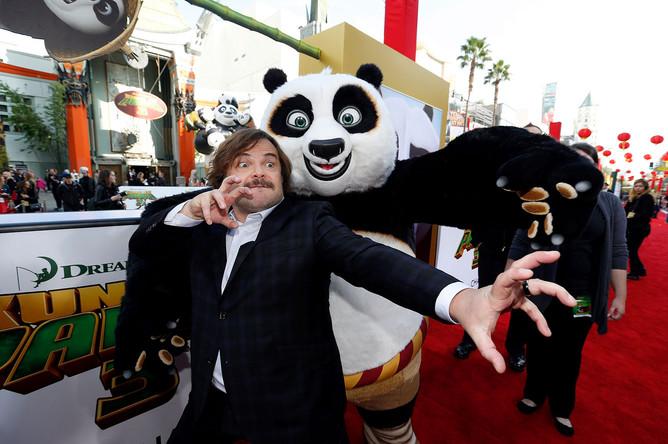 Джек Блэк со своим героем — пандой По — на премьере в Лос-Анджелесе
