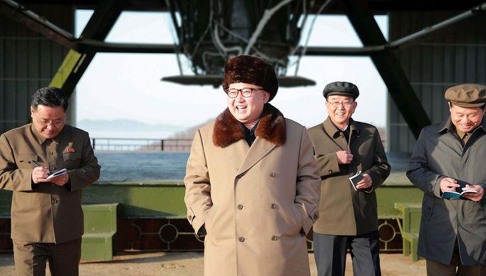 Северокорейский лидер Ким Чен Ын на ракетном полигоне во время испытания двигателя нового типа для...