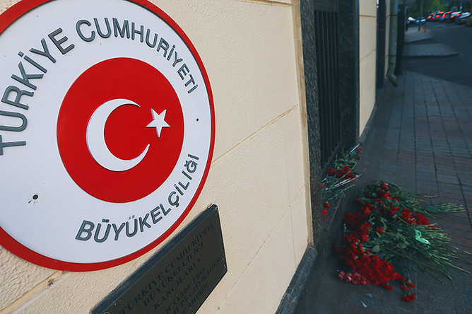 Цветы у посольства Турции в Москве