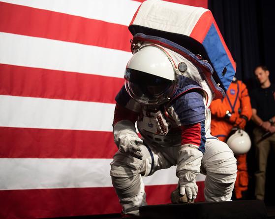 Во время презентации новых скафандров для астронавтов, 15 октября 2019 года
