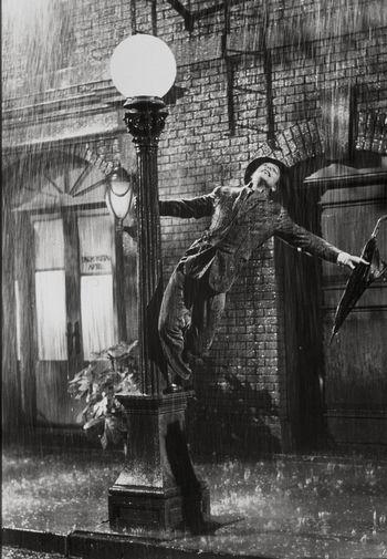 Джин Келли в музыкальном фильме «Поющие под дождем» (1952)