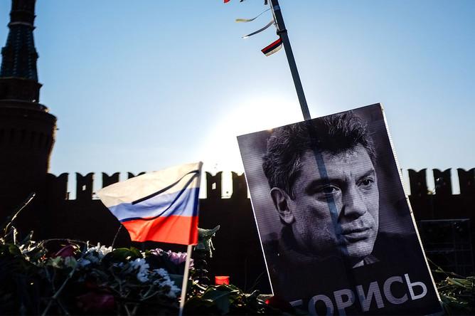 Мемориал на месте убийства Бориса Немцова на Большом Москворецком мосту в центре Москвы, 11 марта 2015 года