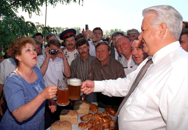 Президент России Борис Ельцин во время остановки в деревне по пути в Новочеркасск, 11 июня 1996 года