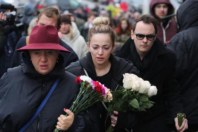 Певица Теона Дольникова (в центре) во время церемонии прощания с певицей Юлией Началовой на Троекуровском кладбище, 21 марта 2019 года