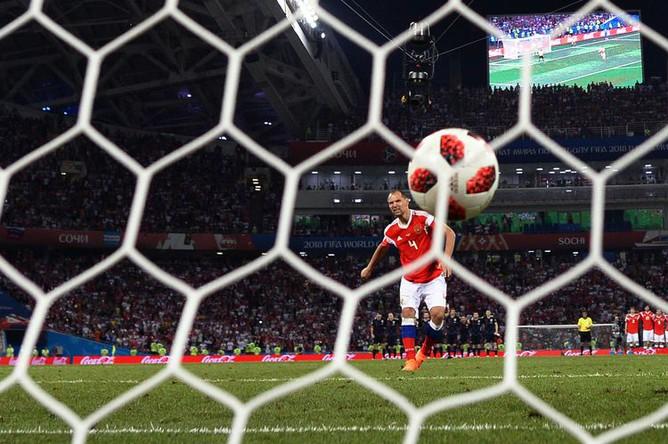 Сергей Игнашевич (Россия) забивает гол во время пенальти в матче 1/4 финала чемпионата мира по футболу между сборными России и Хорватии, 2018 год